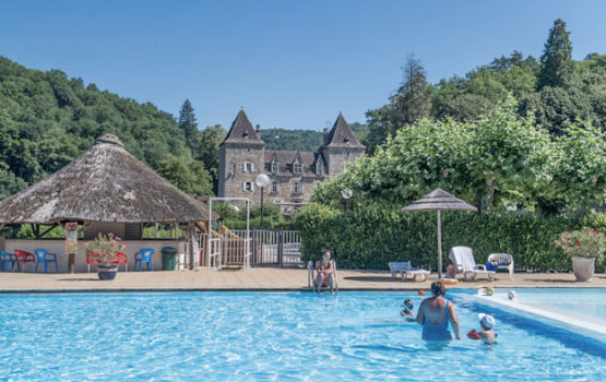 piscine vue sur château camping gibanel