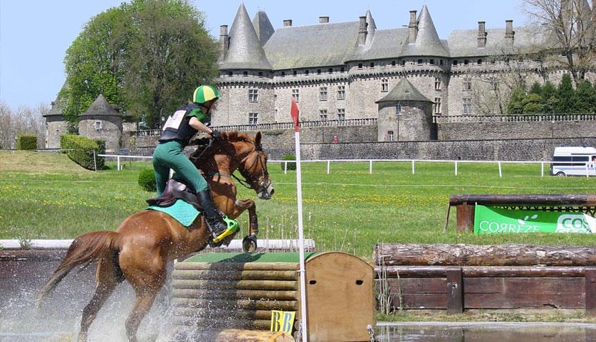 Le Château Pompadour et les écuries de l'orangerie